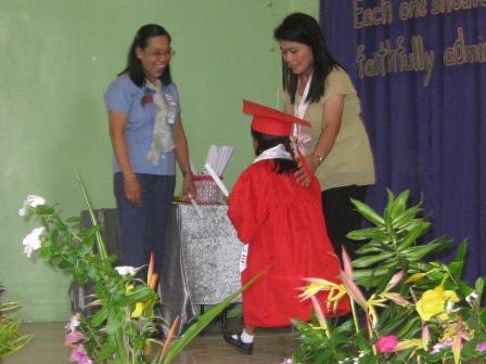 Iris krijgt haar diploma van de principal